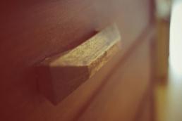 Cómoda estilo vintage, restauración de muebles, detalle tiradores de madera