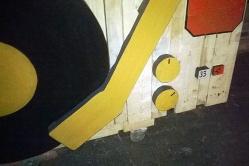 Dj Stand, construcción en madera, detalle decorativo